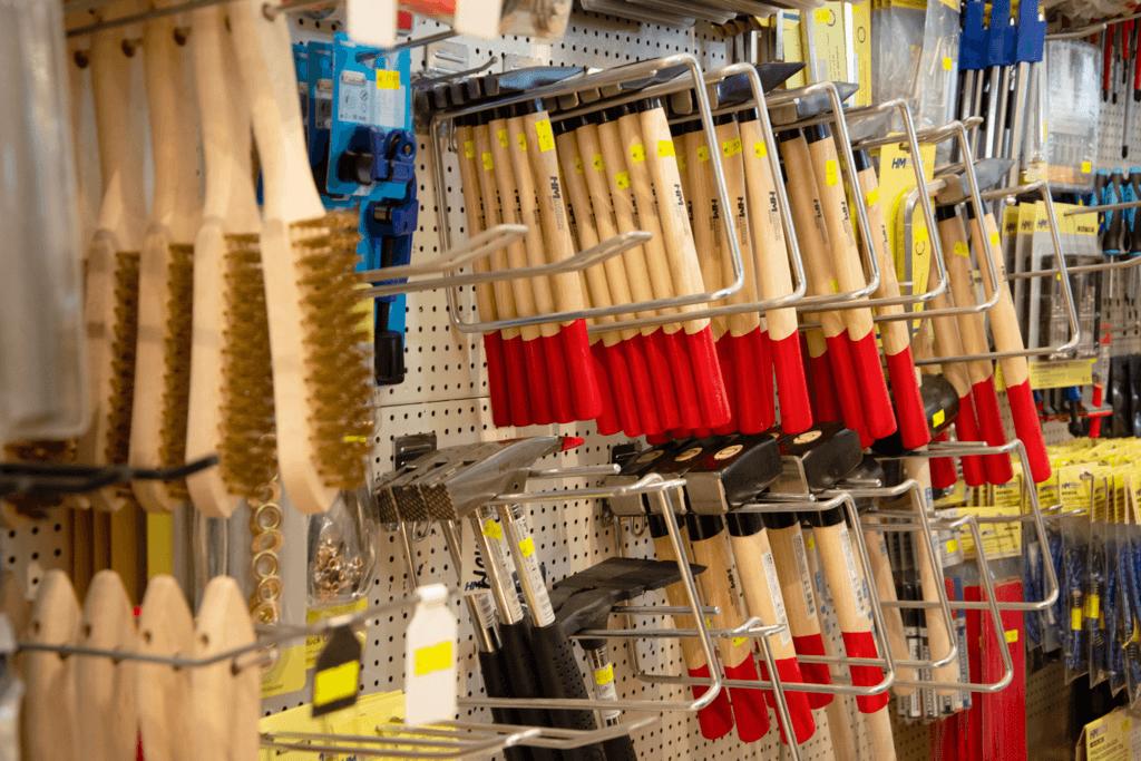 Close-Up auf das Werkzeugsortiment mit Hämmern und Holzwerkzeug im Mittelpunkt.